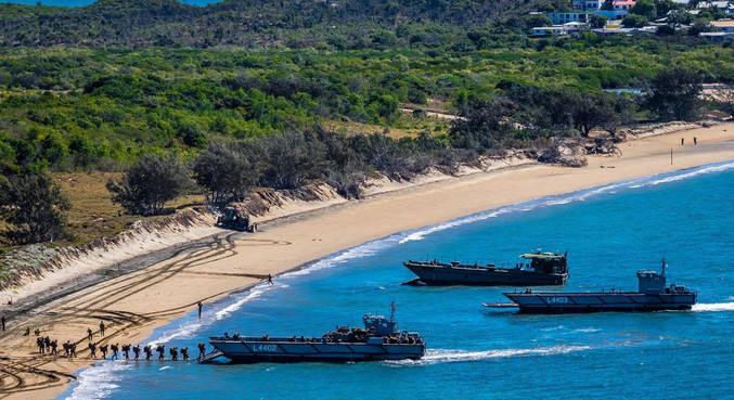 Fuzileiros americanos e australianos carregam embarcação em Bowen, Austrália