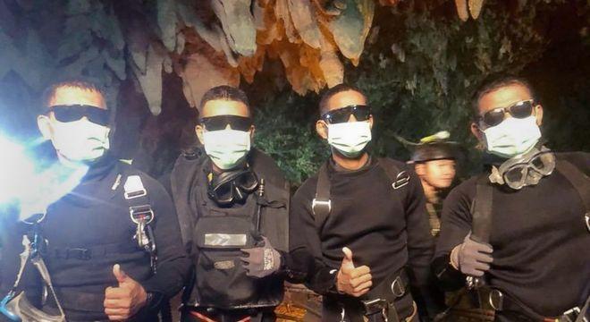Fuzileiros navais e o médico que passaram a semana na caverna após o resgate