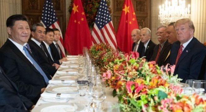 Em dezembro de 2018, durante o encontro do G20, em Buenos Aires, o presidente dos EUA, Donald Trump, e o da China, Xi Jinping, negociavam o fim de uma guerra comercial entre os dois países