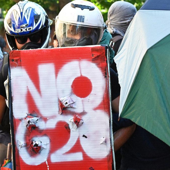 """Manifestante segura bandeira com os dizeres """"Não ao G10"""" em protesto na Itália"""