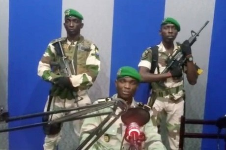 Militares transmitindo anúncio do Golpe