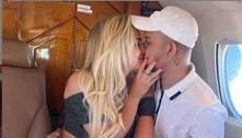 Gabi Martins e Tierry posam aos beijos em jatinho