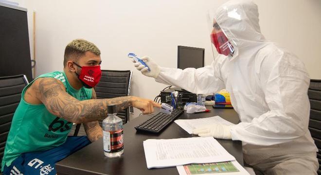 Gabigol  faz exame para detectar coronavírus. Flamengo teve quatro infectados