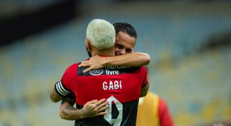 Michel agradece a assistência do capitão Gabigol. Atuação decisiva contra o Volta Redonda