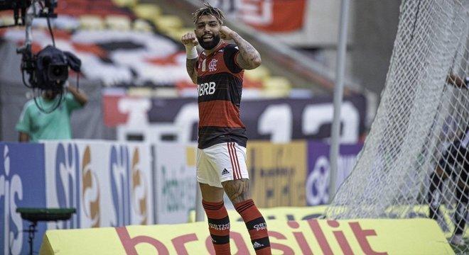 Gabigol aproveitou. Dois gols de pênalti contra seu ex-time. Voltando a confiança