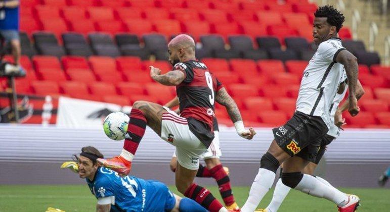 Gabigol marca o decisivo gol do Flamengo. Só a tecnologia para confirmar o lance
