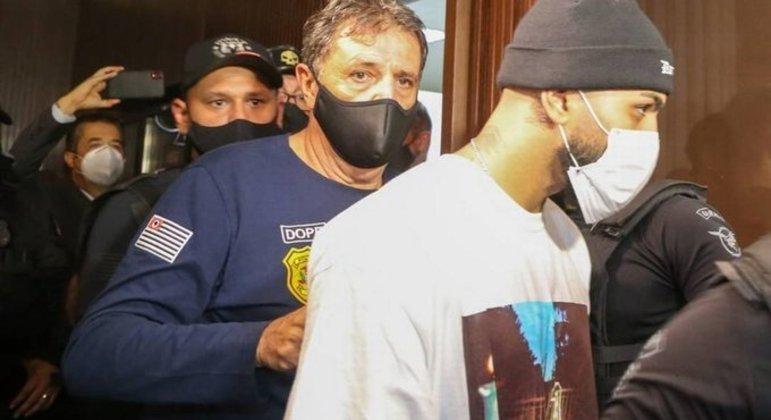 Gabigol chegando à Delegacia do Crime contra a Saúde Pública