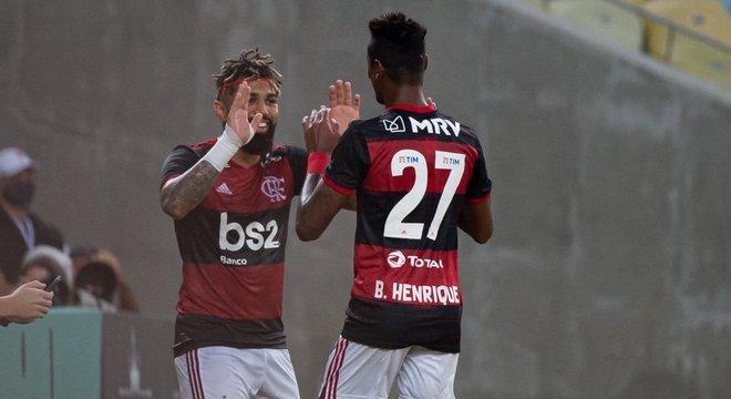 Gabigol  comemorando com Bruno Henrique. Cena revivida no Maracanã