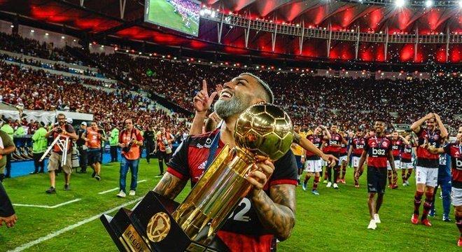 Gabigol com o troféu da Recopa. A alegria da hegemonia na América do Sul