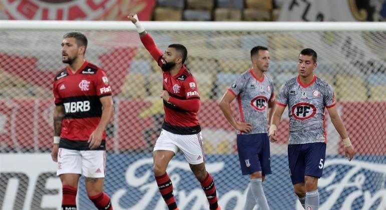 Gabigol comemora um de seus gols na vitória sobre o Unión La Calera