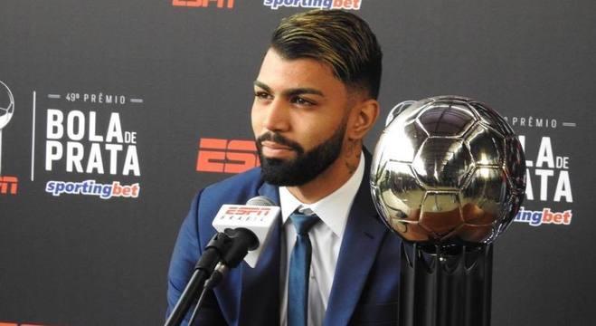 Gabigol, com sua Bola de Prata de melhor atacante, concede entrevista