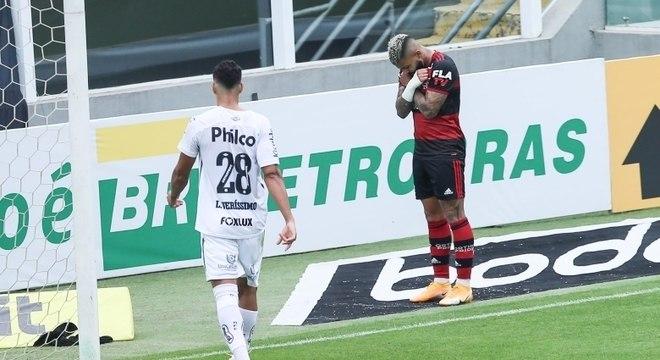 Gabigol homenageia ator de Pantera Negra após marcar na Vila Belmiro