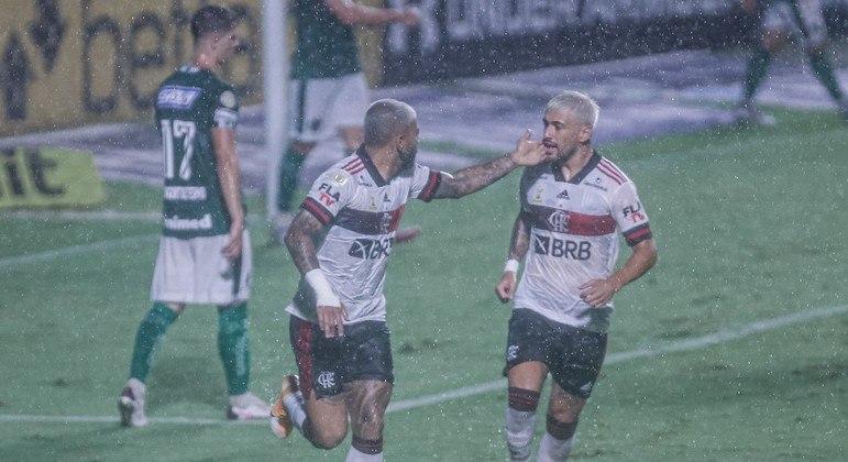 Gabigol e Arrascaeta comemoram gol, que saiu debaixo de muita chuva