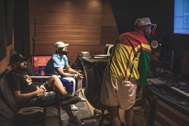 Nas fotos, Gabigol aparece ao lado de rappers como L7nnon e Kawe, artistas do cenário mais jovem do rap