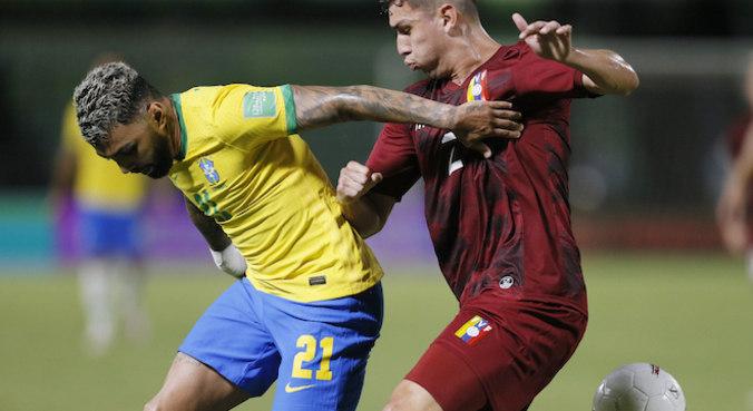 Gabigol teve trabalho, mas conseguiu um pênalti e virou a partida para o Brasil