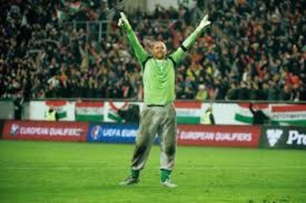 Gabor Kiraly, goleiro húngaro que ficou conhecido por sempre atuar com calça de moletom, parou de jogar com 43 anos, pelo Szombathelyi Haladás, de seu país, mesmo clube que o revelou. Foi o jogador mais velho a disputar uma Eurocopa, em 2016