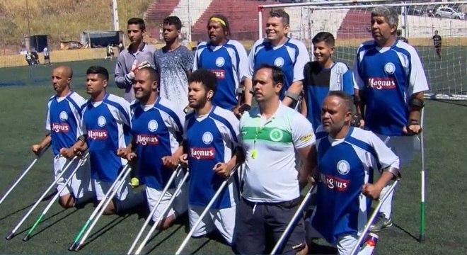 Gabriel se juntou ao time e deu pontapé inicial ao jogo de futebol para amputados