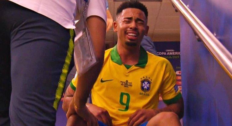 Gabriel Jesus chorando, desesperado, após expulsão na final da Copa América. Não aprendeu