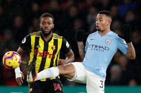 Gabriel Jesus disputa a bola com Chalobah, do Watford
