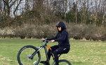 Grau de bikeQuando está na Europa, nada de carros velozes ou motocicletas de luxo. Gabriel Jesus mostrou nesta pandemia que gosta mesmo é da 'magrela'. Na foto ele faz manobras com sua bicicleta