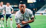 Gabriel Jesus é um dos melhores atacante da atualidade. O brasileiro de apenas 23 anos é umas das grandes estrelas do Manchester City e da seleção brasileira. Fora dos gramados, o craque aproveita a vida de forma simples, sem carros de luxo, viagens extravagantes ou festas de arromba