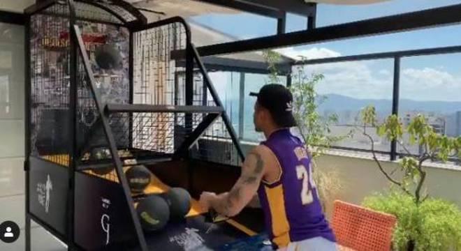 Gabriel Jesus utilizou camisa de Kobe Bryant para jogar basquete