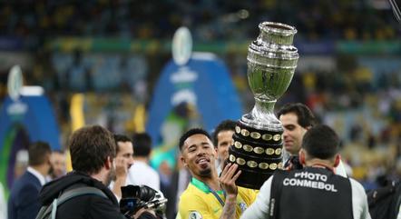 Gabriel Jesus levanta a taça da Copa América conquistada em 2019 no Maracanã