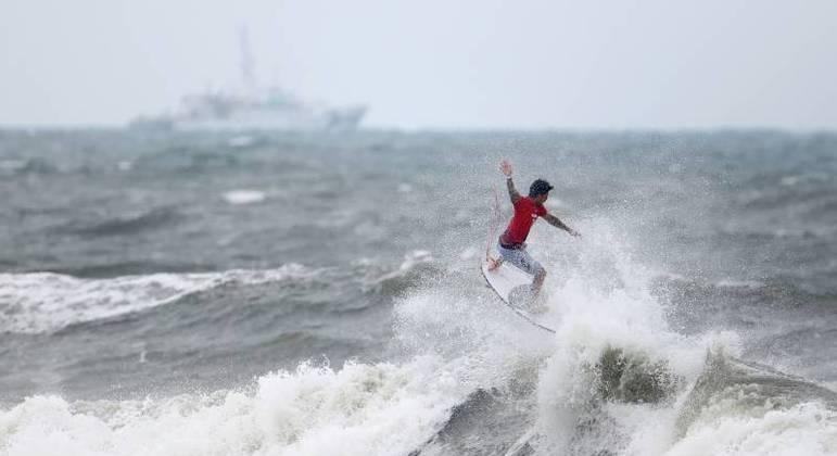 Gabriel Medina quebrando as ondas nas oitavas de final dos Jogos de Tóquio 2020
