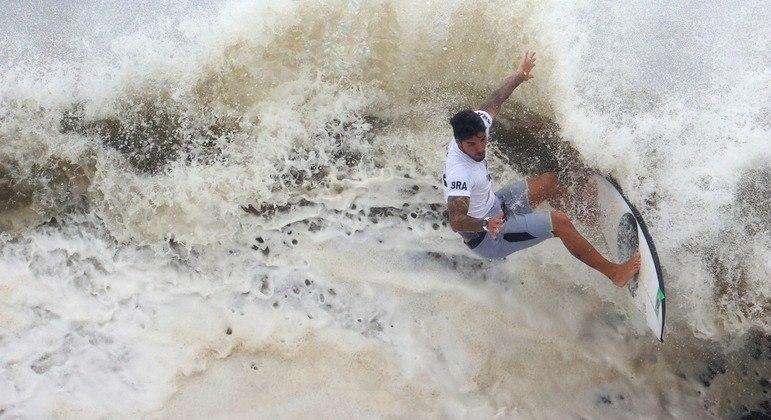 Gabriel Medina em ação na praia de Tsurigasaki