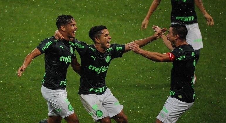 A alegria de Gabriel Silva. Também com 18 anos, a empolgação do primeiro gol na carreira