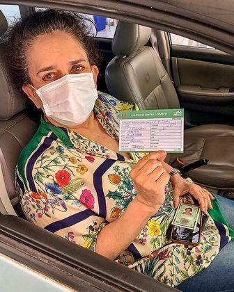 Aos 75 anos, Gal Costa foi vacinada contra a covid-19. A cantora recebeu a primeira dose da CoronaVac em um posto de imunização em São Paulo, no dia 15 de março.Nas redes sociais, Gal mostrou o cartão de vacinação e comemorou: