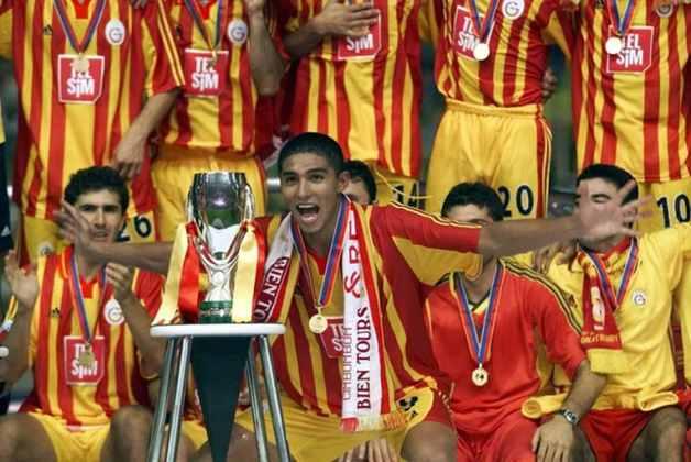 Galatasaray - 2000 - O Galatasaray venceu a Europa League (1999/00) e também a Supercopa da UEFA (2000). Além das duas taças, os Aslanlar ainda conquistaram o campeonato e a copa do país naquele ano.