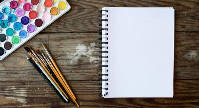 Tintas, pincéis e folhas em branco: ferramentas de artista