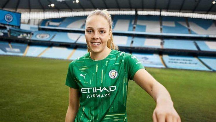 GALERIA: Veja fotos do novo uniforme principal do Manchester City. Camisa verde é a camisa de goleiro/goleira.
