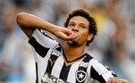 O jogador ganhou notoriedade jogando no Botafogo. Campeão da Série B com o Fogão em 2015, Arão foi um dos destaques do time, mostrando além do vigor técnico, boa chegada na área e ímpeto na marcação