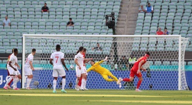 O gol de Kiefer Moore, Gales 1 X 1 Suíça