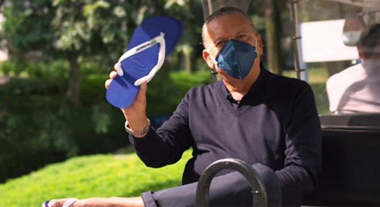 Galvão Bueno fazendo propaganda de chinelos. Aproveitando a abertura da Olimpíada