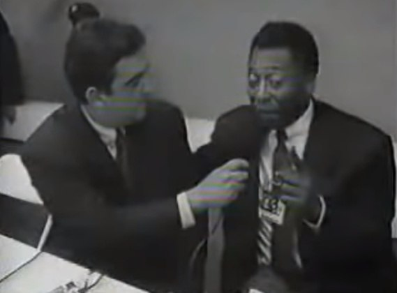 """Galvão Bueno e Pelé fizeram parte da cobertura da Copa do Mundo de 1994, disputada nos Estados Unidos. Após a transmissão de um jogo do Brasil, ele reclamou de Pelé com a produção por causa dos comentários do craque sobre o jogo, sem notar que seu áudio estava aberto. Galvão detonou Pelé dizendo que ele se alongava demais nas análises. """"Eu vou dar com uma marreta na cabeça dele, pô!"""", afirmou."""