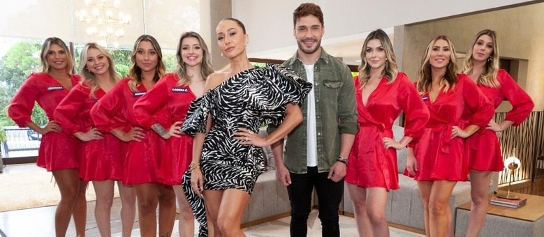 "Sabrina Sato, Lucas Viana e as participantes do ""Game dos Clones"""