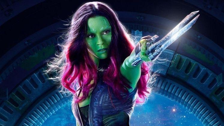 GamoraAssim como a Viúva Negra, Gamora teve um triste fim no Universo Cinematográfico da Marvel. No entanto, a viagem no tempo emVingadores: Ultimatotrouxe a personagem de volta. Acontece que ela ressurgiu diferente de quem tinha se tornado com o tempo ao lado dos companheiros emGuardiões da Galáxia. Um filme sobre a personagem, interpretada por Zoe Saldana, poderia explorar mais detalhes de sua conturbada infância com Thanos e Nebulosa, além de aprofundar todas as suas habilidades poderosas conhecidas nos quadrinhos. Fãs esperam para saber se Gamora vai retornar emGuardiões da Galáxia - Vol. 3