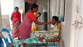Mãe não acredita em médicos e salva filho de ser cremado vivo (Reprodução/India Today)