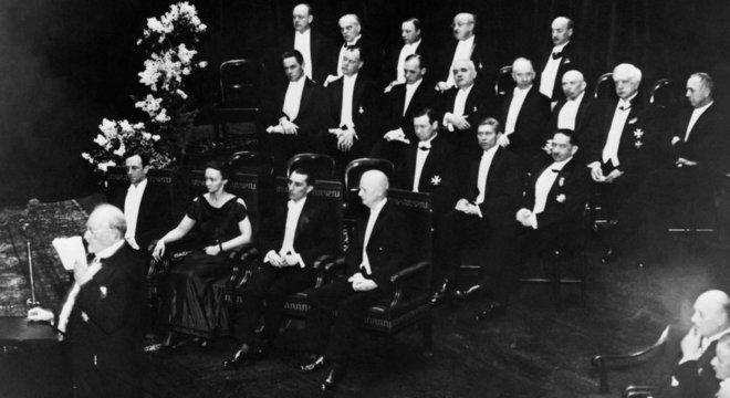 Graças a seus estudos sobre radiação, Marie e Pierre Curie ganharam, em 1903, o Prêmio Nobel de Física junto com o cientista francês Henri Becquerel. Em 1935, foi a vez de Irene e seu marido receberem o Nobel de Química — nesta foto, eles estão na cerimônia de entrega do prêmio