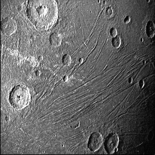 Imagens destacam longas e estreitas crateras de Ganimedes