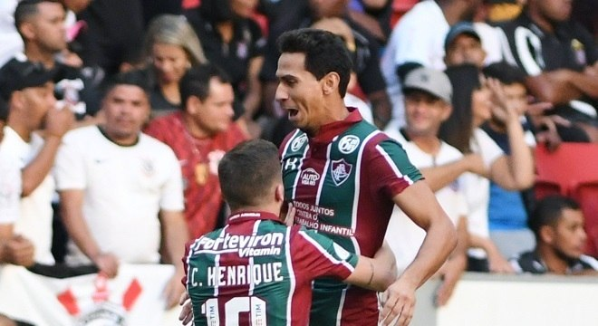Paulo Henrique Ganso chutou de fora da área e Cássio empurrou bola para gol