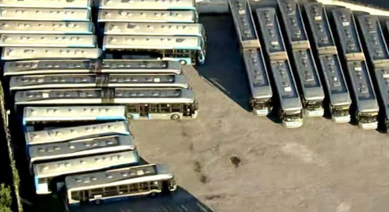 Passageiros enfrentam lotação nos ônibus, e coletivos ficam parados em garagem da zona sul