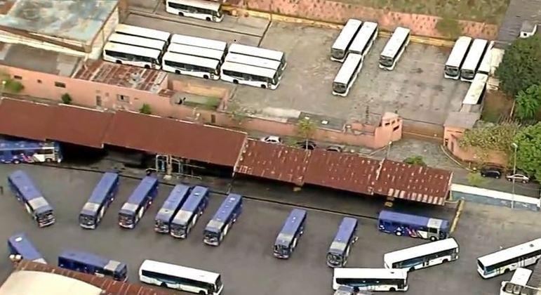 Passageiros são surpreendidos com paralisação de ônibus no ABC Paulista