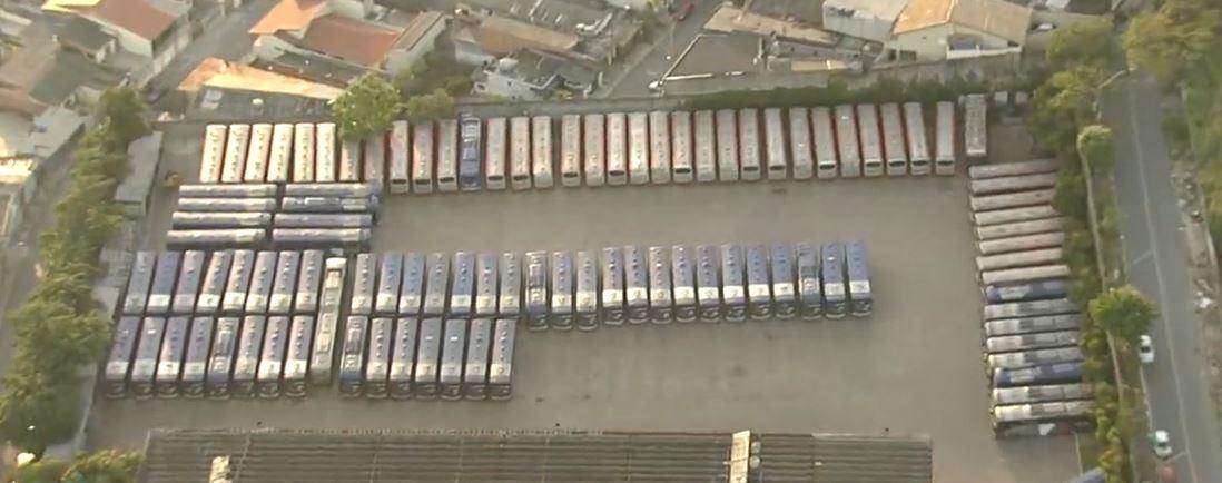 Garagem de ônibus lotada com coletivos que deveriam estar nas ruas de São Paulo