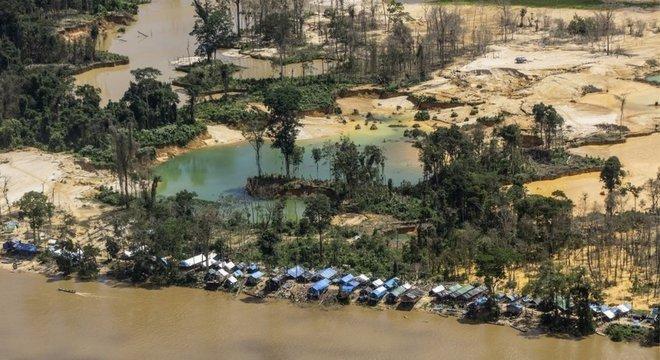 Garimpo na Terra Indígena Yanomami, onde índice de pessoas contaminadas por mercúrio chega a 92% em algumas aldeias