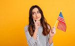 Garota segurando a bandeira dos EUA.