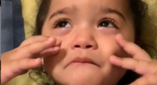 Garotinha bomba na web após chorar ouvindo 'Teresinha de Jesus'